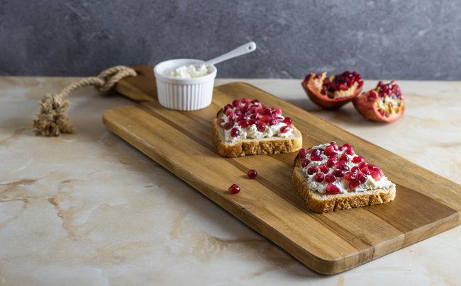 석류를 설탕에 절여 만든 석류청을 얹은 샌드위치. 새콤달콤한 석류청은 각종 요리와 잘 어울린다.  [GettyImage]