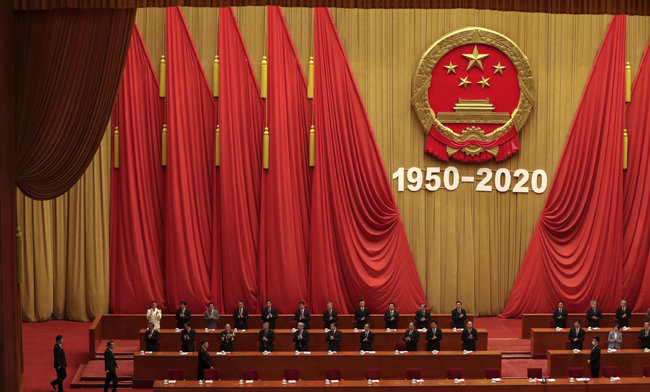 10월 23일 시진핑 중국 국가주석(앞줄 왼쪽에서 세 번째)이 베이징 인민대회당에서 열린 항미원조 전쟁 참전 70주년 기념식장에 입장하고 있다. [베이징=AP 뉴시스]