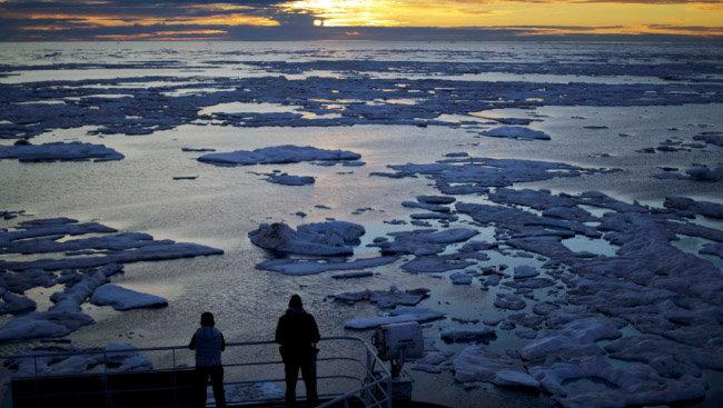 빙하가 녹으면 바다의 염분 농도를 변화시켜 해수 순환 및 기후에 영향을 미친다. 사진은 2017년 7월 21일 핀란드 쇄빙선이 북극 인근 빅토리아해협을 지나는 모습. [AP=뉴시스]