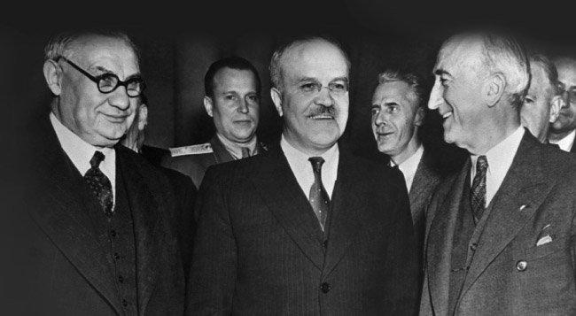 1945년 12월 열린 모스크바 3상회의에 참석한  번스 미국 국무장관, 몰로도프 소련 외무장관, 베빈 영국 외무장관(앞줄 왼쪽부터). [GettyImage]