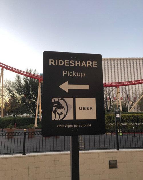 미국 라스베이거스의 한 호텔 앞에 설치된 '우버' 탑승 장소 안내판. [유근형 동아일보 기자]