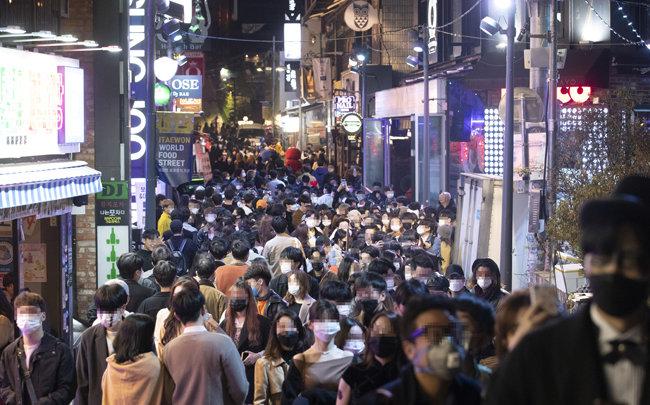 10월 31일 서울 용산구 이태원동 골목이 핼러윈을 즐기는 인파로 가득하다.