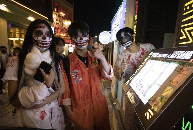 10월 31일 서울 용산구 이태원동에서 핼러윈 파티를 즐기는 시민들.