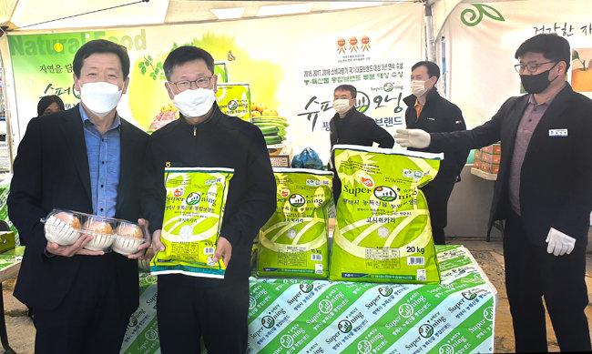 10월 31일 경기 평택시 안정리 농산물장터행사에서 평택산 농산물을 홍보하는 박경원 농협중앙회 평택시 지부장(왼쪽 두 번째).