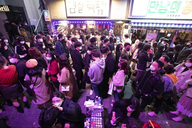 10월 31일 서울 용산구 이태원동 골목을 가득 메운 인파.