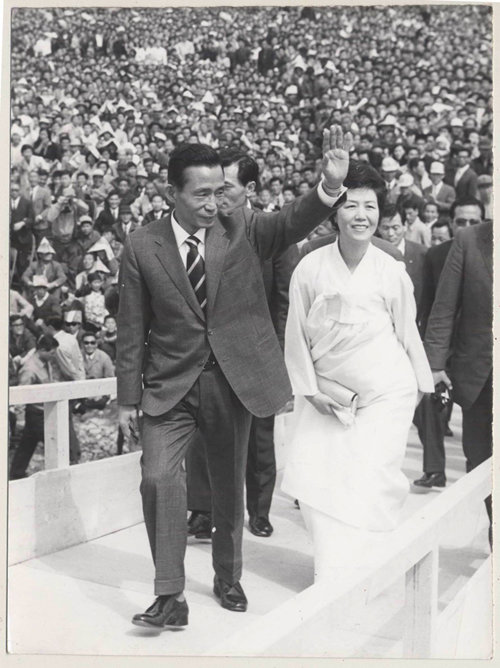 1971년 4월 17일 제7대 대통령선거 유세를 위해 대구 유세장을 찾은 박정희 당시 민주공화당 후보 부부. [동아DB]