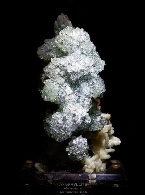 어안석(Apophyllite)  광물의 쪼개진 면에서 뿜어져 나오는 진주색 광택이 물고기 눈을 닮았다고 해서 어안석(魚眼石)이라는 이름이 붙었다.