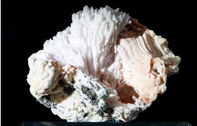 쿠트나호라이트(Kutnahorite)   탄산염 광물로 형태가 잘 보인다.