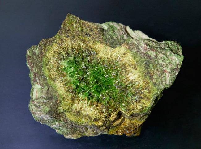 큐프로스클로도프스카이트(Cuprosklodowskite)   우라늄을 포함한 광물로 노란색 혹은 초록색 형광색을 띤다. 최초 발견자 '마리 퀴리'의 결혼 전 성(Sklodowska)에서 이름이 유래됐다.