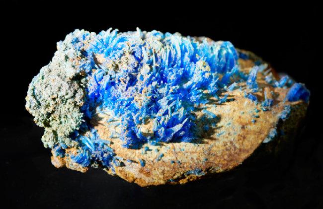 담반(Chalcanthite)  물기가 없으면 흰색, 물을 빨아들이면 파란색으로 변하는 천연 광물. 수분량 측정에 쓰인다.