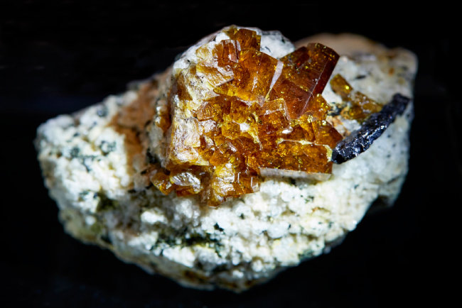 바스트내사이트(Bastnasite)  세륨 계열 희토류 광물. 일반적으로 광석 내 함유량이 매우 적어 결정 모양이 이렇게 잘 드러나는 것을 찾아보기 힘들다.