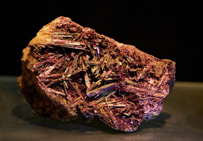 코발트화(Erythros)   코발트를 주성분으로 하는 광물. 강렬한 느낌의 진홍색이 인상적이다.