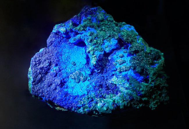 남동석과 공작석(Azurite/Malachite)  청색 계열은 남동석, 초록색 계열은 공작석으로, 시간이 흐르면서 남동석이 공작석으로 변해가는 과정을 보여준다. 르네상스 시대 화가들이 가장 선호한 푸른색과 초록색 안료의 재료였다.
