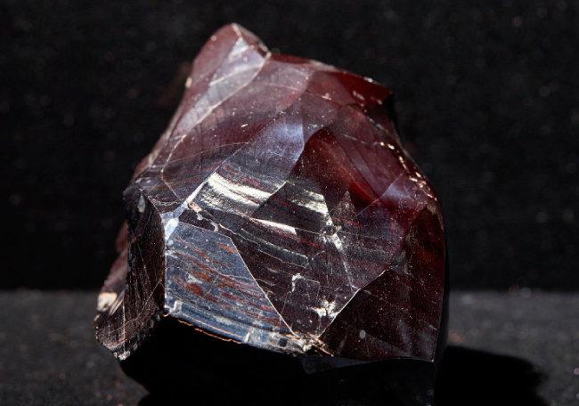 적철석(Hematite)  철을 만들 수 있는 실용적 광물. 광택이 아름다워 준보석으로 사용되기도 한다.