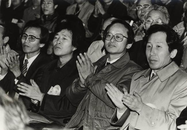 1989년 2월 21일 서울 서대문구 연세대에서 전국민족민주운동연합(전민련)이 결성대회를 갖고 정식 출범했다. 오른쪽부터 김근태, 이부영, 장기표 씨. [동아DB]