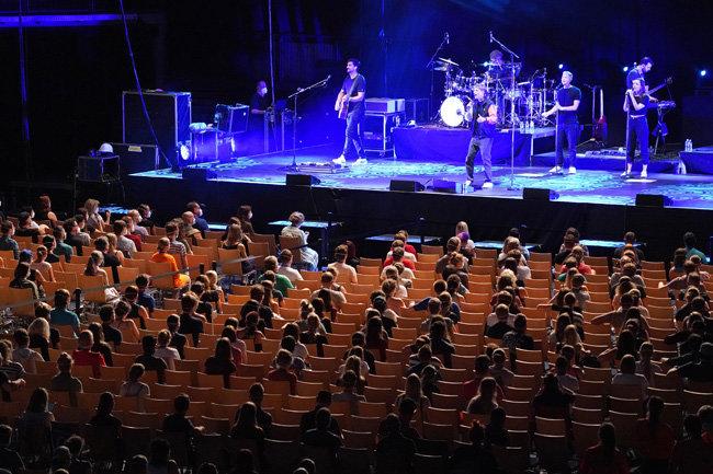 8월 22일 독일 라이프치히에서 '실내 공연장의 코로나19 감염 위험 측정' 목적으로 열린 콘서트 현장. 관객들이 방역용 마스크를 쓰고 가수 팀 벤츠코의 공연을 감상하고 있다. [GettyImages]
