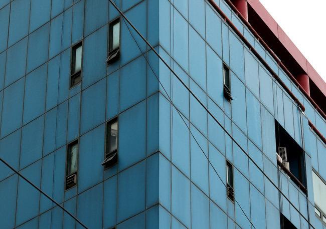 코로나19 환자가 집단 발생한 서울 강동구 한 콜센터 건물. 방역당국은 환기가 쉽지 않은 환경을 집단감염의 원인 중 하나로 꼽았다. [뉴스1]