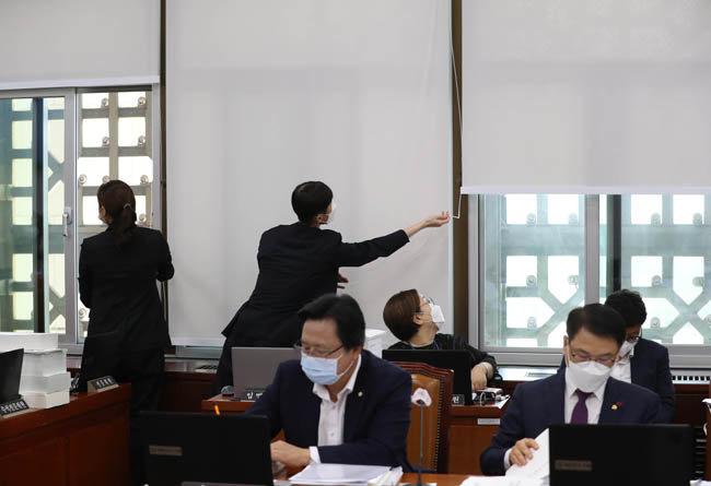 8월 26일 서울 여의도 국회에서 열린 보건복지위원회 전체회의에서 국회 사무처 직원들이 환기를 하려고 창문을 열고 있다. [뉴스1]