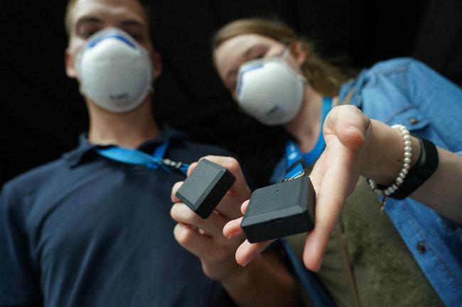 8월 22일 독일 라이프치히에서 '실내 공연장의 코로나19 감염 위험 측정' 목적으로 열린 콘서트 참가 관객들에게 지급된 접촉 기록 장치. 다른 사람이 반경 1.5m 이내에 접근하면 '접촉' 내역이 저장된다. [GettyImages]