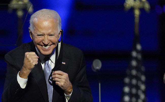 조 바이든 미국 대통령 당선인이 11월 7일(현지 시간) 자택이 있는 델라웨어주 윌밍턴 행사장에서 연설을 하던 중 주먹을 불끈 쥐고 있다. [윌밍턴=AP뉴시스]