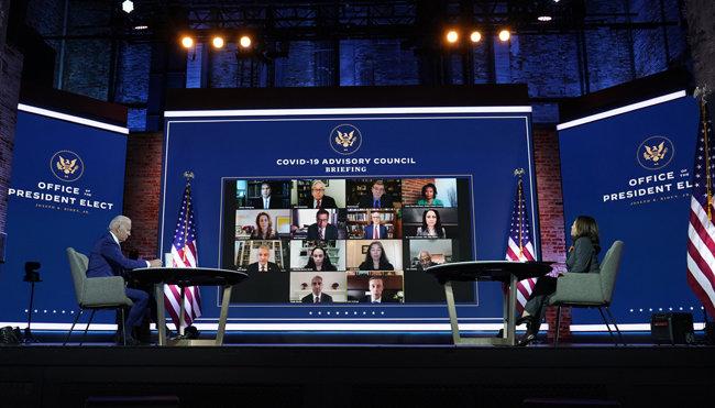"""조 바이든 미국 대통령 당선인(왼쪽)과 카멀라 해리스 부통령 당선인이 11월 9일(현지시간) 델라웨어주 윌밍턴의 한 극장에서 코로나19 자문위원들과 화상회의를 가졌다. 바이든 당선인은 """"코로나19와의 전투가 끝나려면 아직 몇 달 남아 있다""""고 말했다. [윌밍턴=AP뉴시스]"""