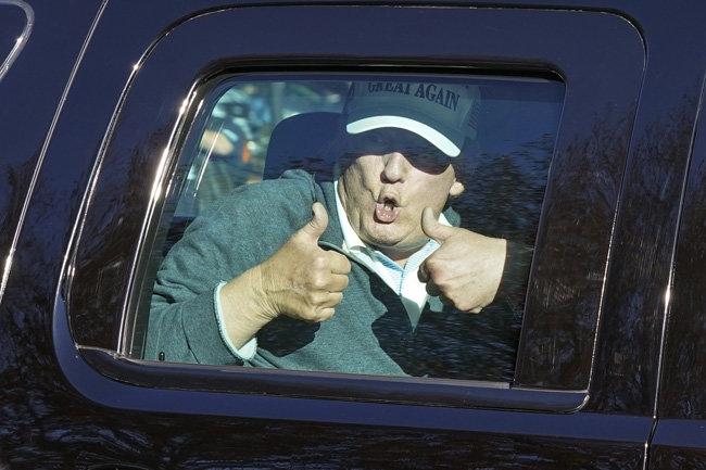 도널드 트럼프 미국 대통령이 11월 8일(현지시간) 자신이 소유한 버지니아주 스털링의 '트럼프내셔널골프장'에서 골프를 즐긴 후 떠나면서 차량 밖 지지자를 향해 양손 엄지를 치켜들었다. [스털링=AP 뉴시스]