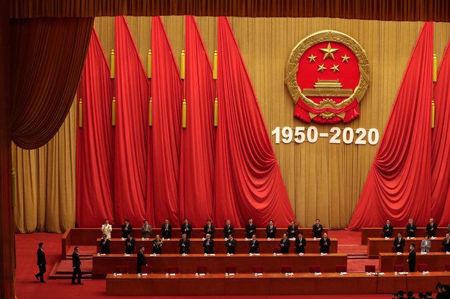 """10월 23일 시진핑 중국 국가주석(앞줄 왼쪽에서 세 번째)이 베이징 인민대회당에서 열린 '중국인민지원군 항미원조 작전 70주년 기념대회'에 참석하고 있다. 이날 시 주석은 중국의 6·25전쟁 참전 의미를 """"제국주의의 침략 확대를 억제한 것""""이라고 규정했다. [베이징=AP 뉴시스]"""