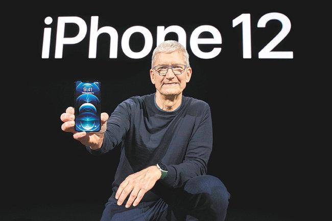 팀 쿡 애플 최고경영자(CEO)가 10월 13일(현지 시간) 미국 캘리포니아주 쿠퍼티노 애플파크에서 진행된 '애플 스페셜 이벤트'에서 아이폰12를 소개하고 있다. [애플코리아 제공]