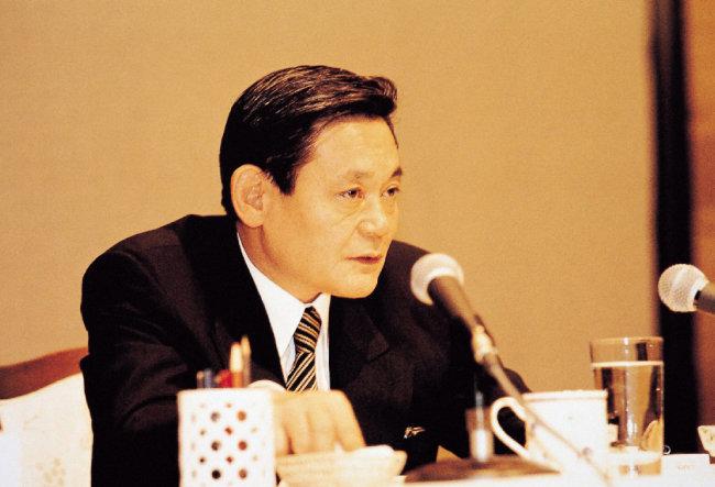 """고(故) 이건희 삼성그룹 회장이 1993년 6월 7일 독일 프랑크푸르트에서 """"마누라와 자식 빼고는 다 바꾸라""""고 천명한 '신경영 선언' 당시 모습.  [동아DB]"""