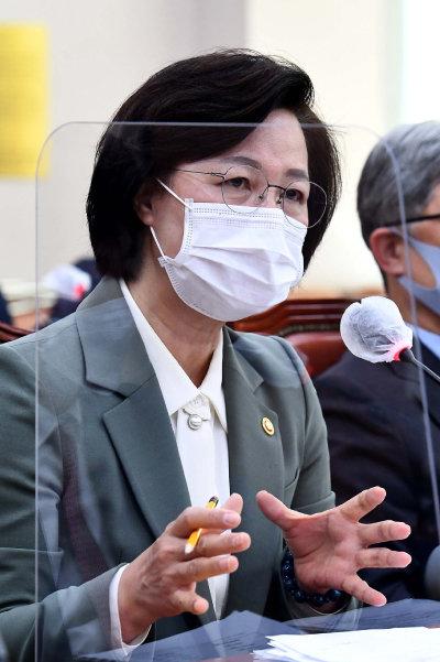 추미애 법무부 장관이 11월 5일 서울 여의도 국회에서 열린 법제사법위원회에 출석해 의원들 질의에 답하고 있다. [동아DB]