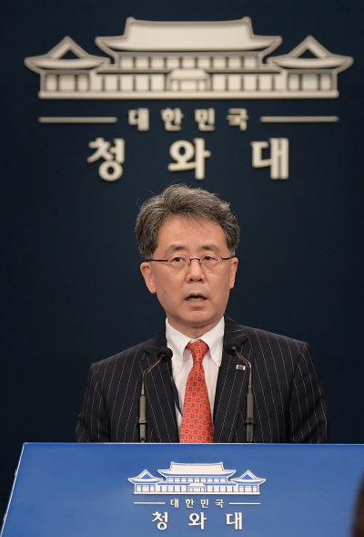 김현종 청와대 국가안보실 2차장이 7월 28일 브리핑을 하고 있다. 김 차장은 9월 극비리에 미국을 방문해 핵연료 공급을 요청했다가 거절당한 것으로 알려졌다. [청와대사진기자단]