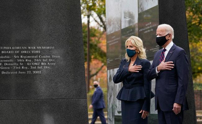조 바이든 미국 대통령 당선인이 재향군인의 날인 11월 11일(현지 시간) 대선 승리 선언 후 첫 공식 행사로 부인 질 바이든 여사와 미국 펜실베이니아주 필라델피아 한국전쟁 참전 기념비를 찾아 참배하고 있다. [필라델피아=AP 뉴시스]