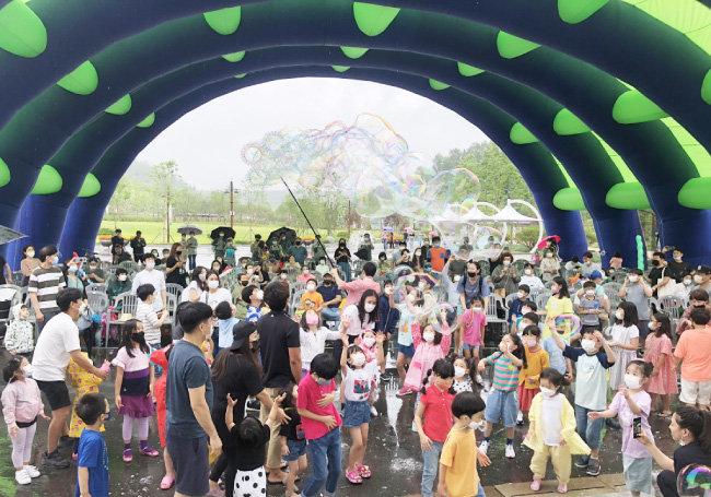 7월 경북 군위군 의흥면 삼국유사테마파크를 찾은 관광객들이 한울광장에서 비눗방울 체험놀이를 하면서 즐거워하고 있다.