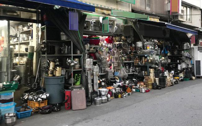 11월 9일 서울 황학동 주방거리 곳곳에는 중고 물품이 한가득 쌓여 있었다. [최창근 객원기자]