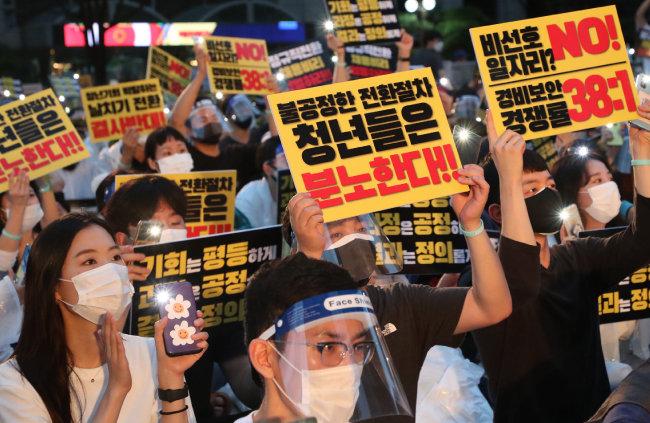8월 1일 인천국제공항공사 노조원들이 서울 종로구 서린동 광동교 인근에서 비정규직의 정규직 전환 반대 집회를 열고 있다. [동아DB]