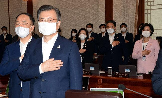 7월 21일 청와대에서 열린 국무회의에서 문재인 대통령과 추미애 법무부 장관(오른쪽)이 국기에 대한 경례를 하고 있다. [청와대 사진기자단]