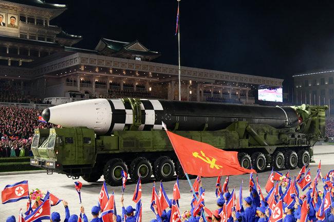 북한 노동당 기관지 노동신문은 10월 10일 당 창건 75주년을 맞아 진행된 열병식 소식을 1~11면에 걸쳐 보도했다. 사진은 이날 공개된 신형 ICBM. [평양 노동신문=뉴스1]