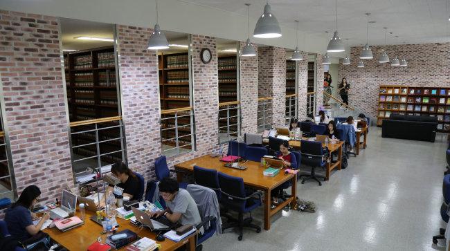 영미법 교과서와 미국연방판례집 등이 비치돼 있는 한동대 국제법률도서관에서 학생들이 공부하고 있다. [한동대 제공]