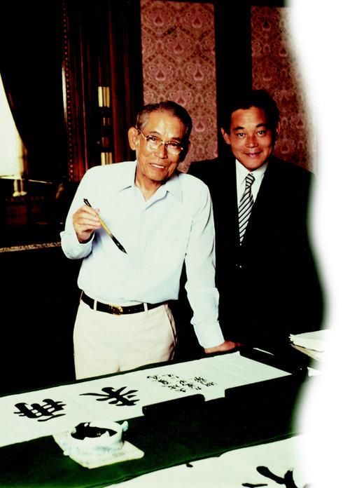 1980년 아버지 이병철 삼성그룹 창업주(왼쪽)와 함께 찍은 사진. [동아DB]