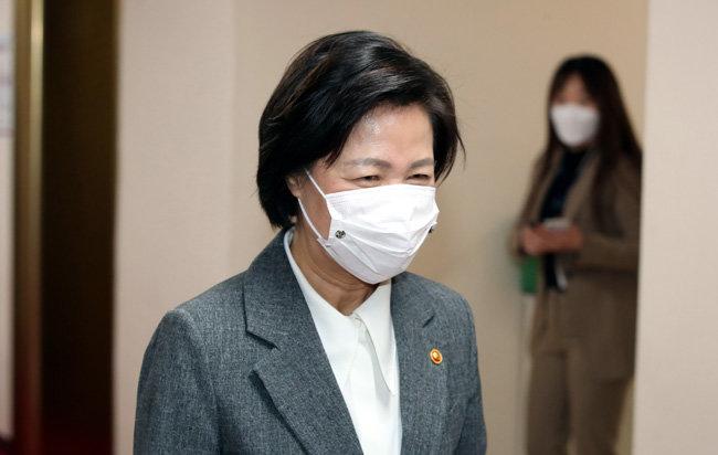 추미애 법무부 장관이 12월 1일 서울 종로구 정부서울청사에서 열린 국무회의에 참석하기 위해 이동하고 있다. [뉴스1]