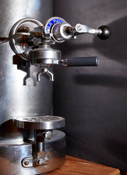 라 파보니(La Pavoni) 에스프레소 머신의 커피 추출부. 이 머신은 1905년 이탈리아에서 생산됐다. 이탈리아 카페들을 중심으로 에스프레소 머신이 빠르게 보급되면서 바리스타라는 새 직업군이 생겨났다.