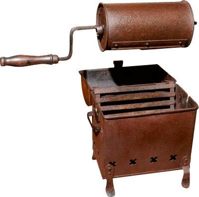 실린더형 커피 로스터. 팬형보다 더 많은 양의 커피 원두를 로스팅할 수 있어 인기를 모은 장비다. 간접 가열 방식이라 원두가 타지 않으며 균일하게 로스팅할 수 있다.