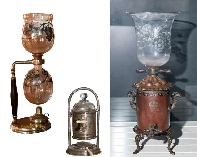 증기 압력으로 커피를 추출하는 방식의 커피메이커들. 1830년대 제품들이다.