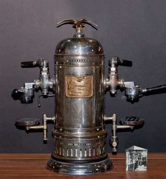 빅토리아 아르두이노(Victoria Arduino) 에스프레소 머신. 1909년 생산된 것으로, 발명자 아내의 이름을 머신에 붙였다. 1920년대 제작된 수동 머신의 표본 구실을 한 제품이다.