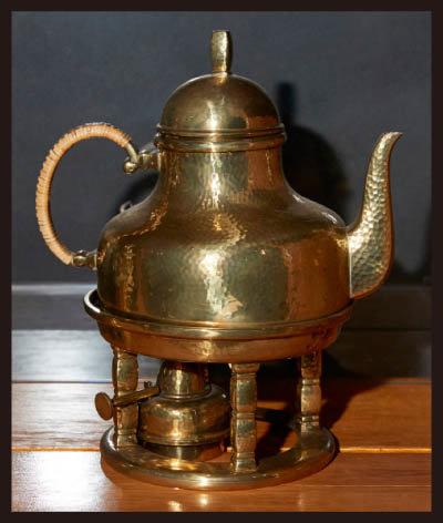 커피 언(Coffee Urn). 끓여서 우려내는 방식의 커피메이커. 하부에 열원을 넣어 온도를 유지할 수 있게 했다.