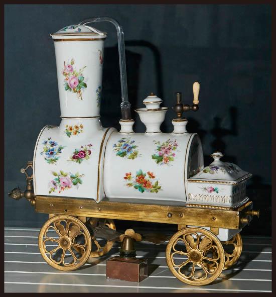 J.B.토셀리(J.B. Toselli)사에서 디자인한 '기관차 커피메이커'. 진공감압 방식의 커피메이커로 도자기로 제작됐다.