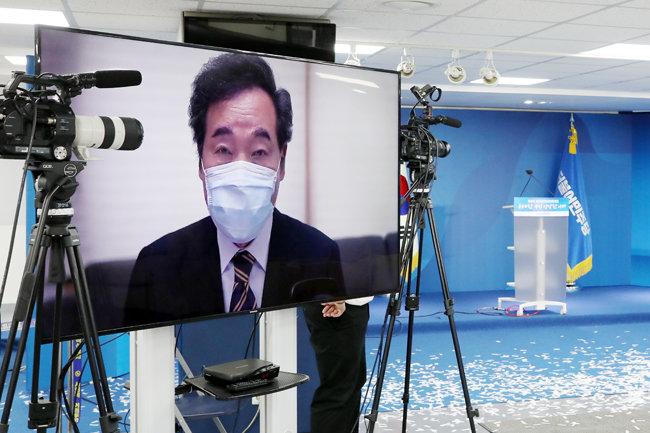 8월 29일 서울 영등포구 더불어민주당 중앙당사에서 열린 전당대회에서 녹화 영상을 통해 정견발표를 하고 있는 이낙연 당시 민주당 대표 후보. [더불어민주당 제공]