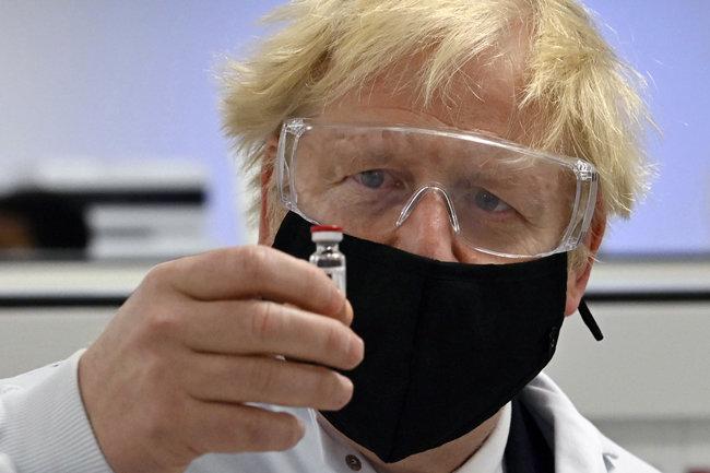 보리스 존슨 영국 총리가 11월 30일(현지시간) 영국 웨일스주 레스섬에 있는 제약 제조 시설에서 다국적 제약사 아스트라제네카가 개발한 코로나19 백신을 들고 있다. 해당 백신은 빠르면 연내 영국 접종을 시작할 계획이다. [뉴시스]