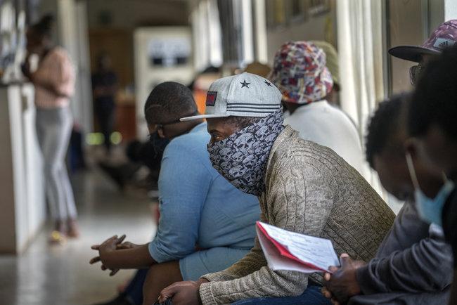 11월 30일(현지시간) 남아프리카공화국 요하네스버그 외곽의 한 병원에서 코로나19 시험 백신 임상 참가 지원자들이 접종 순서를 기다리고 있다. [뉴시스]