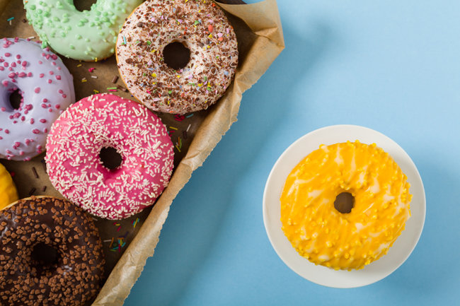 쏜살같이 흘러간 한 해의 끄트머리에서 마음이 텅 빈 듯 느껴질 때 먹기 좋은 달콤한 도넛들. [GettyImages]